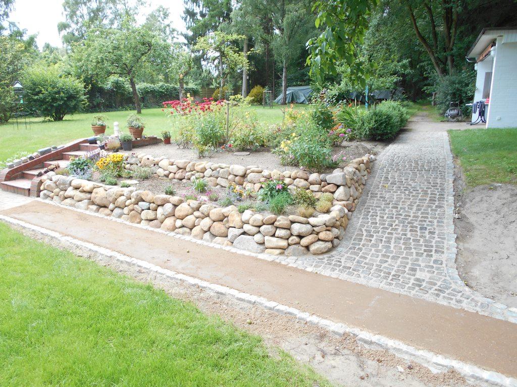 Findlingswall und Weg aus Granit-Kleinpflaster