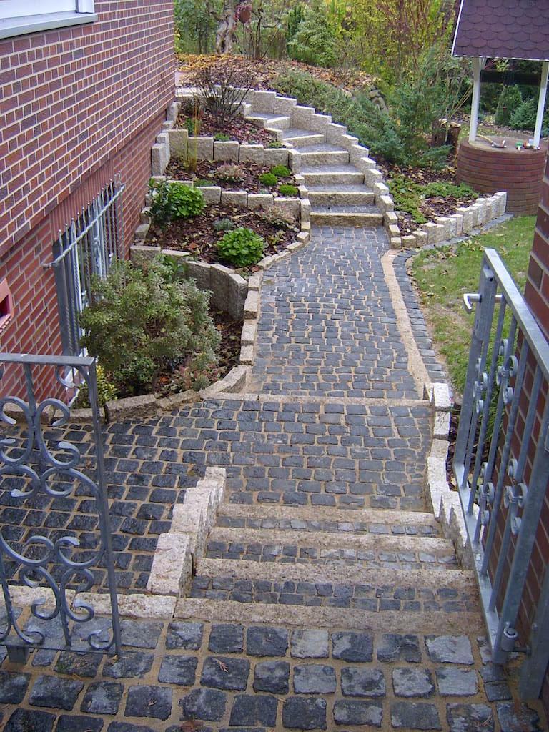 Wege aus schwarzem Granit, Stufen und Mauern aus gelbem Granit