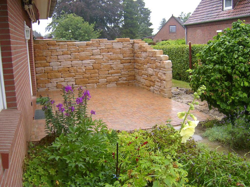 Gartenmauer aus Betonelementen, Klinker für die Terrasse