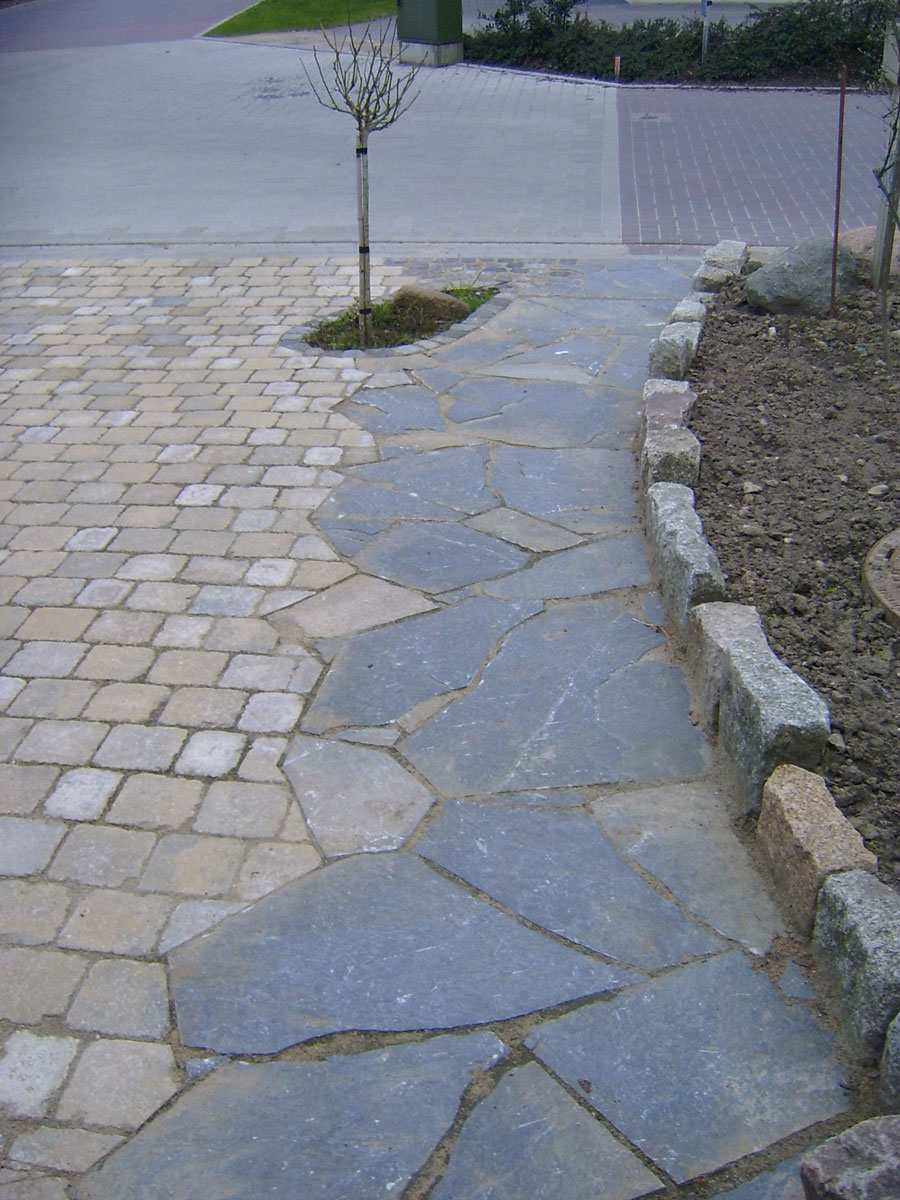 Auffahrt aus Beton und Natursteinpflaster