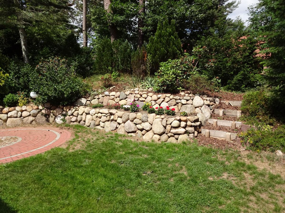 Findlingswall und Gartentreppe
