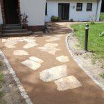 Gartenweg aus Grand mit Natursteinplatten