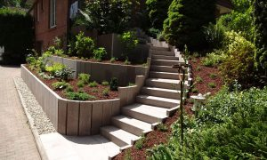 Hangbefestigungen und Treppe aus rotem Granit